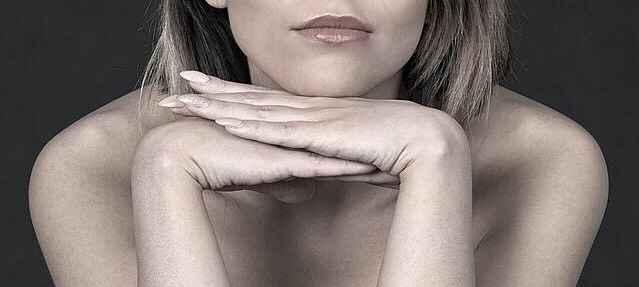 жена, която е сложила лицето си като на поднос, така тя флиртува