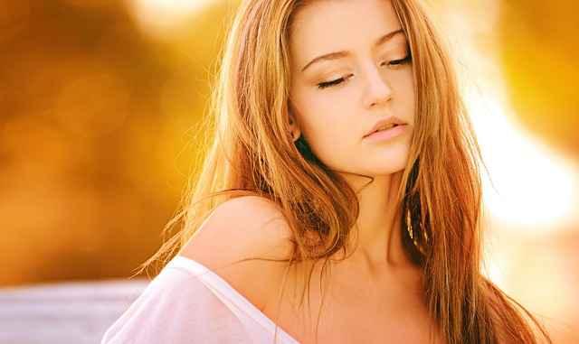 красива женас разголено рамо, тя флиртува