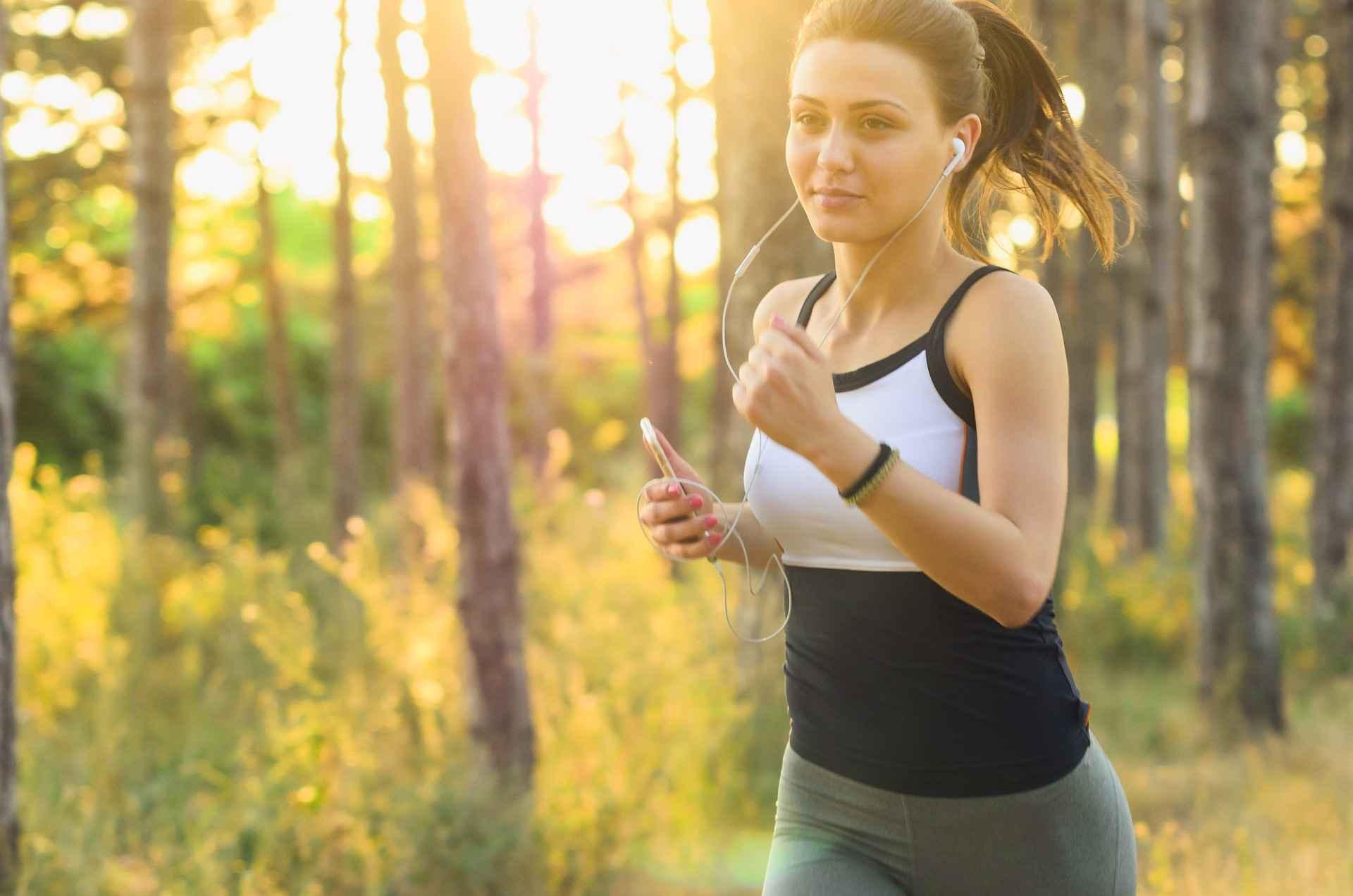 """във връзка със статия """"как да произвеждате повече мозъчни клетки"""" жена тича сред природата и слуша музика"""