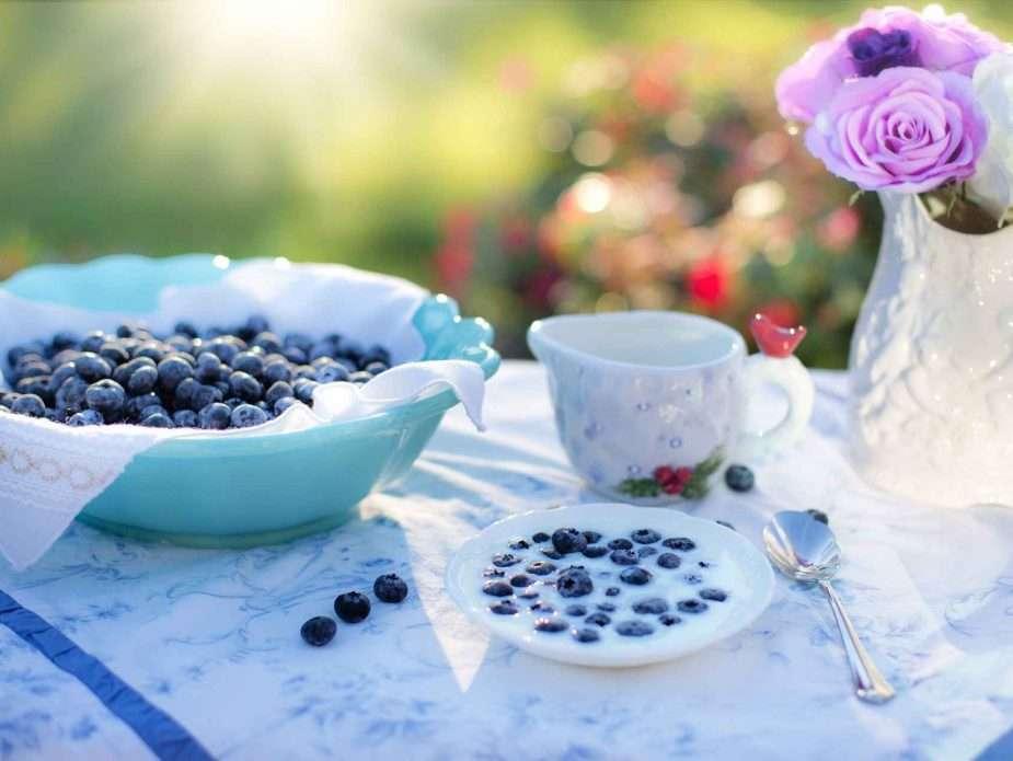 маса с боровинки и красива посуда