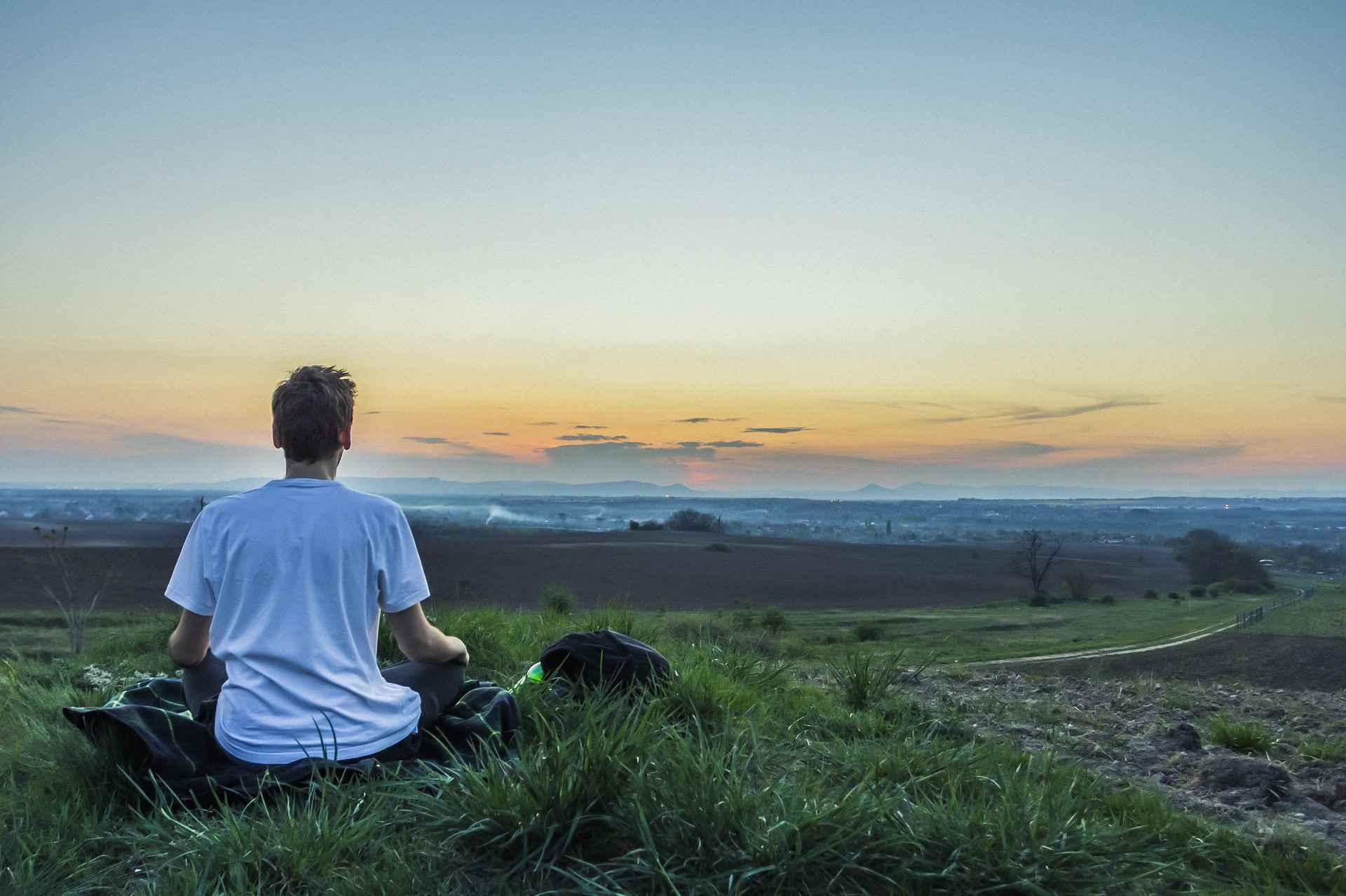 """във връзка със статия """"как да произвеждате повече мозъчни клетки"""" мъж медитира сред природата"""
