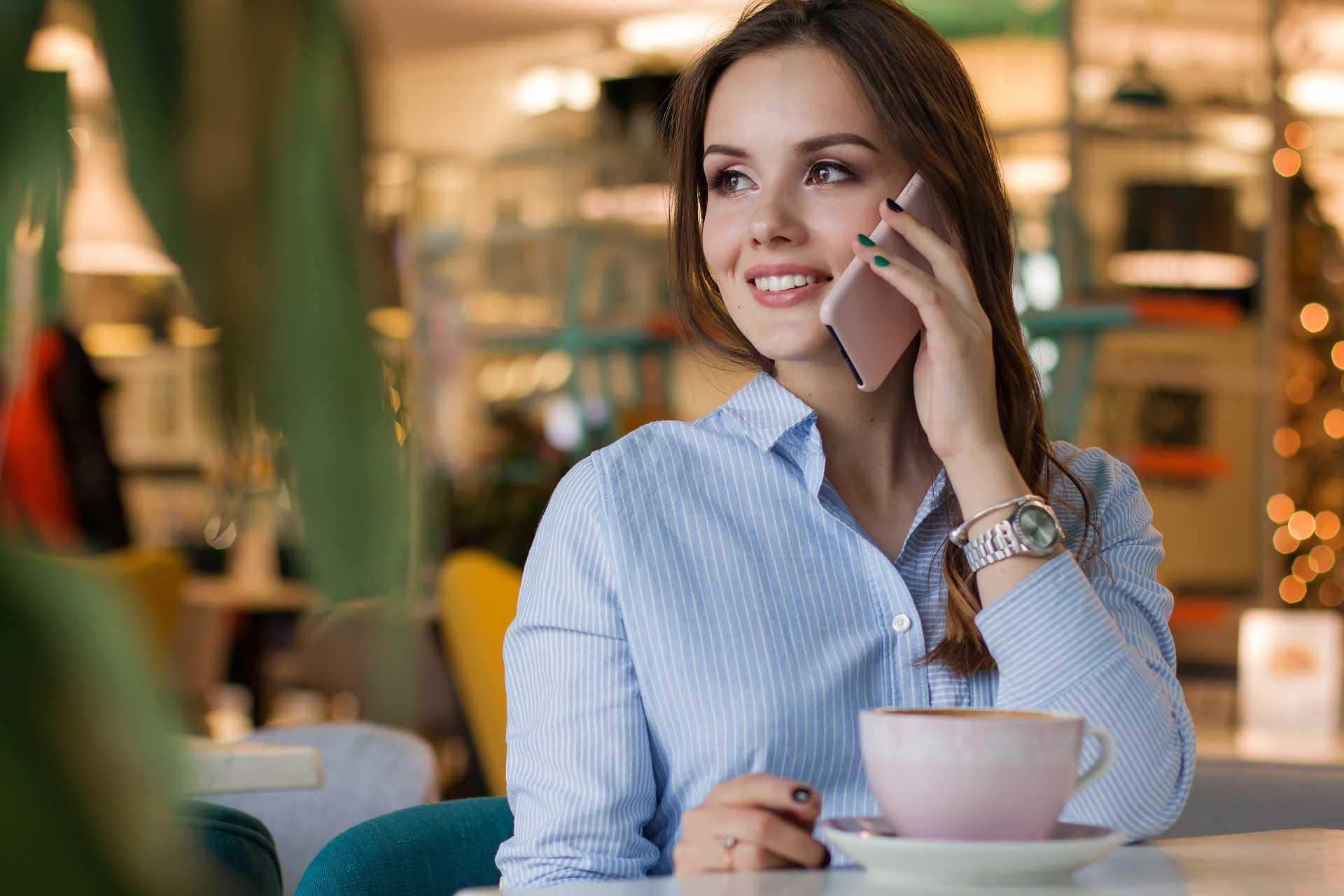 красива жена говори по телефона
